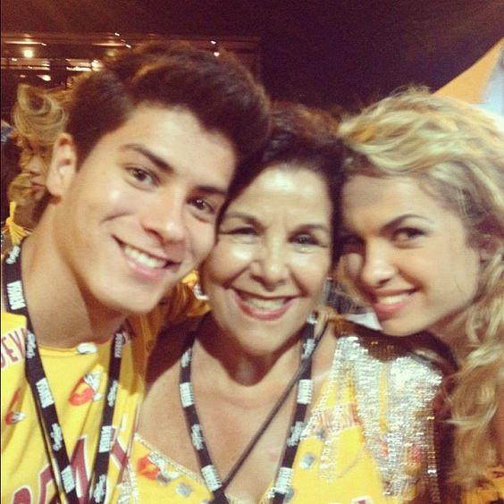 Olha quem veio torcer pela Mangueira: vovó Maria Helena! - @lua_blanco | Webstagram