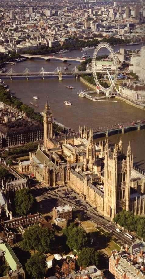 Vista aérea del Tamesis. En primer palno, el Parlamento y el Puente Westminster. Detrás, el London Eye, la noria construida en el 2000 para conmemorar el cambio de Milenio. Tras ella, el Puente Hungerford, ferroviario, y paralelos a este ultimo, los Puentes Golden Jubilee. El ultimo es el Puente Waterloo.