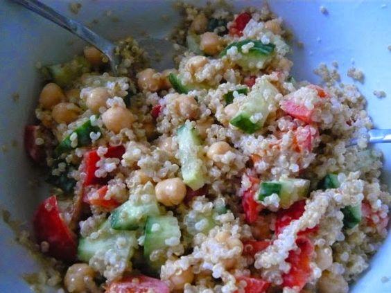 Gesund und lecker würde ich diesen Kichererbsen-Quinoa-Salat von Jessi bezeichnen!