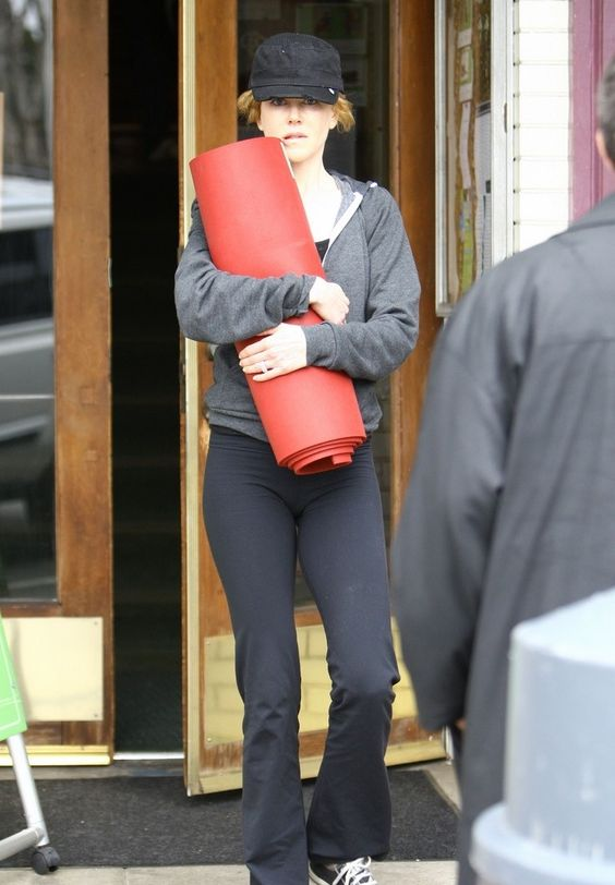 Acabei de ver esta foto da Nicole Kidman saindo da aula de ioga. É tão bom ver gente famosa sem afetação… andando por aí com roupa de ginástica, sem maquiagem, carregando o próprio colchãozinho… isso é raro hoje em dia.
