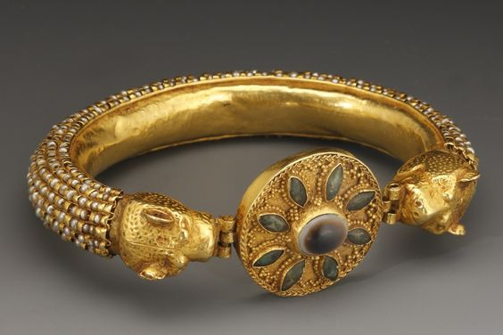 A BRACELET WITH LEOPARD'S HEAD TERMINALS     D. 8.5 cm. Gold, banded agate, green glass  Roman, 3rd-4th cent. A.D.