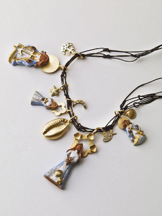 Esse é o colar feito de rede de pesca. O preço dos pingentes variam de R$ 445 a R$ 1.450