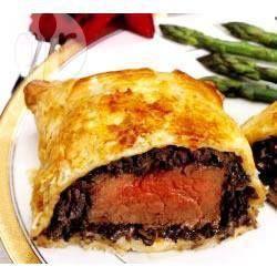 Bife wellington @ allrecipes.com.br - O bife wellington deve ser sempre servido com o interior da carne ligeiramente rosado (meio mal passado). Aproveite!