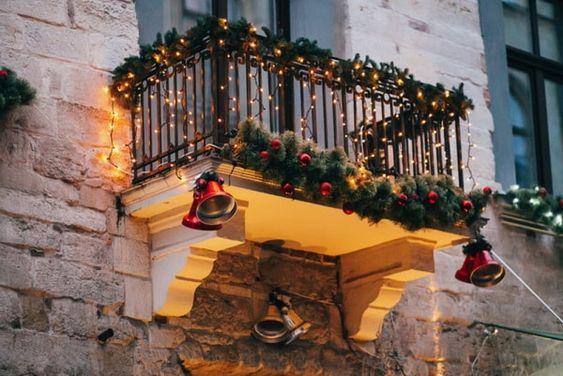 Decoración navideña para balcones. #balconesnavideños #balcones #navidad #estiloydeco