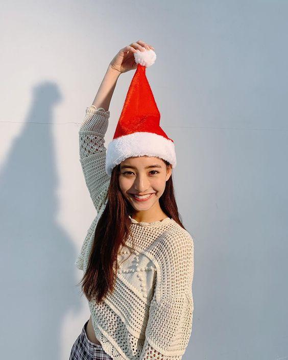 サンタの帽子をかぶる新木優子さん