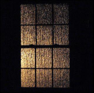 O trovão me chamou - noite escura sem raio –  E fui ver na janela a chuva   Que chovia em silêncio - silêncio de chuva – Ruído tão bom de dormir  Que nunca mais acordei Chovi com a chuva E, assim, te molhei  - António Corvo #antóniocorvoescritor  facebook.com/ailhadocorvo ailhadocorvo.blogspot.com