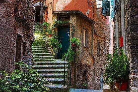 Linda calle  yo arcilu amaría caminar por ahí. Vernazza, en la Riviera Italiana.