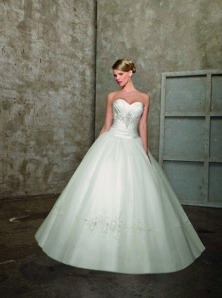 Elegante vestido con detalles sencillos.