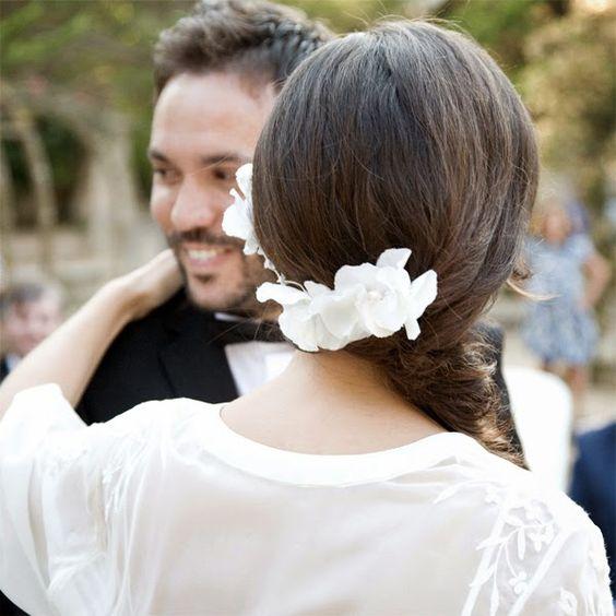 Paquita y su ya marido están felices durante la celebración. La corona de flores by nila taranco es perfecta para su vestido bordado. Foto: Max Segura