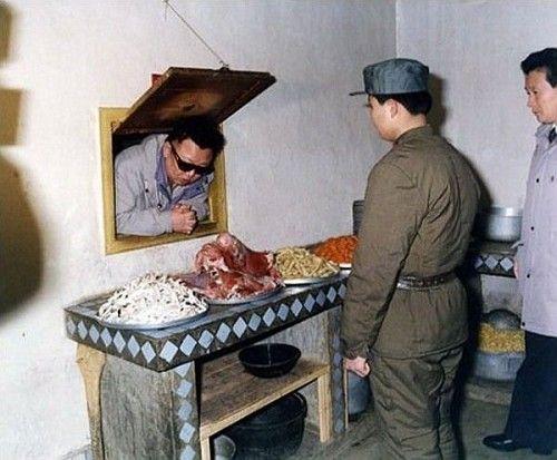 Kim Jong-il gleda kup mesa. Sončna očala obvezna, ker se meso blazno blešči.