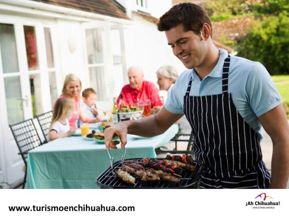 TURISMO EN CHIHUAHUA La carne asada es un platillo típico de Chihuahua, ideal para una tarde con amigos o la familia,  se puede preparar al natural, pero es común en la región que sea marinada con cerveza, limón, sal, pimienta y se acompaña con cebollitas de cambray chiles toreados y papas al horno. Con un sabor único por su calidad y frescura que solo en Chihuahua es posible. www.turismoenchihuahua.com