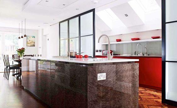 offene küche mit theke glastrennung parkettboden rote - offene küche mit theke