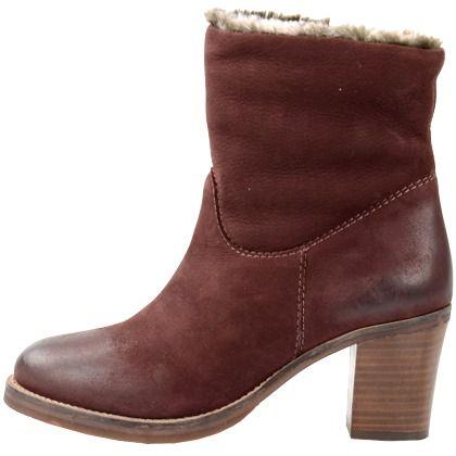 Schöne rote Stiefeletten von Sacha. Diese Schuhe sind mit Fellimitat gefüttert und haben einen Blockabsatz. Sie passen zu vielen Styles.