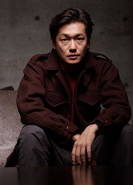 赤いジャケットを着ている井浦新のかっこいい画像