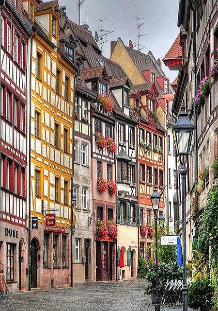 Nürnberg ist eine Großstadt im Bayern. Nürnberg hat ein schönes Kulturelles…