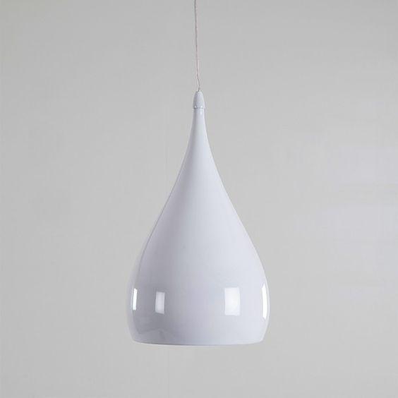 Idée déco : 3 suspensions en forme de gouttelettes au-dessus d'une table