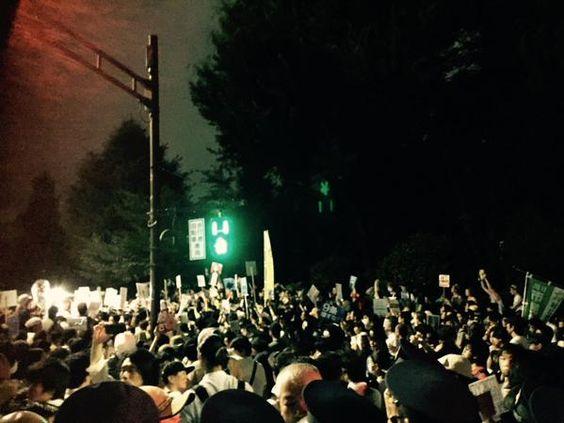 国会前。6万人を越えた模様。雨が降ってきているが、抗議が終わる気配はない。あらゆる場所で各々が怒りのコールを飛ばしていてカオス。7月15日、安倍の終わりが始まる日。 #戦争法案絶対反対