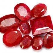 """El Rubí es la variedad roja de la especie de minerales """"corundum"""". Al resto de las piedras de ésta especie se les llama zafiros. Los mejores Rubís, especialmente las piedras Birmanas (país del sudeste asiático) de más de tres quilates, son de las más raras y caras piedras preciosas del mundo."""