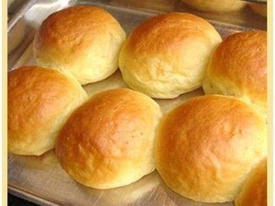 pão de minuto    Ingredientes:  •3 ovos  •3 colheres de açúcar  •1 colher de sal rasa  •1/2 copo de óleo  •60 g de fermento fresco  •1 kg de farinha de trigo  •2 copos (americano) de leite morno  •  MODO DE PREPARO:   •Bata tudo no liquidificador por alguns minutos  •Coloque em uma vasilha grande e acrescente aos poucos o trigo peneirado, até desgrudar da mão  •Deixe crescer por 30 minutos  •Enrole e leve ao forno pré-aquecido