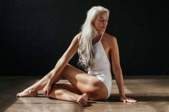 Una modelo de 60 años desafía las pasarelas con su belleza (+Fotos)