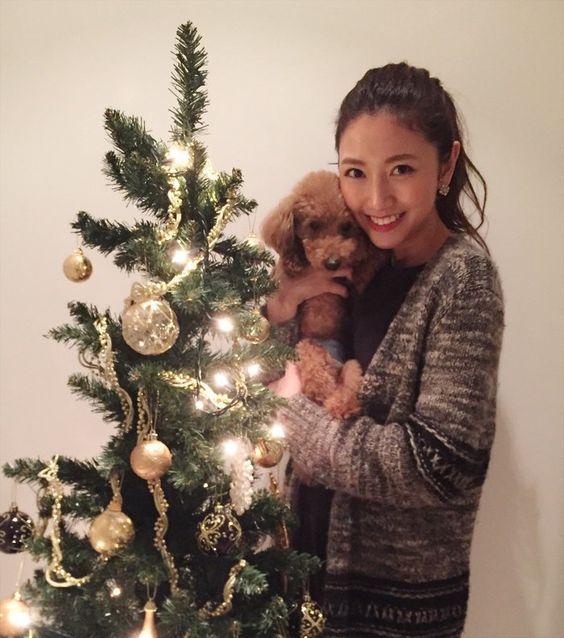 「フジテレビ×モデルプレス」女性アナウンサー連載で犬を抱えている三田友梨佳アナの画像