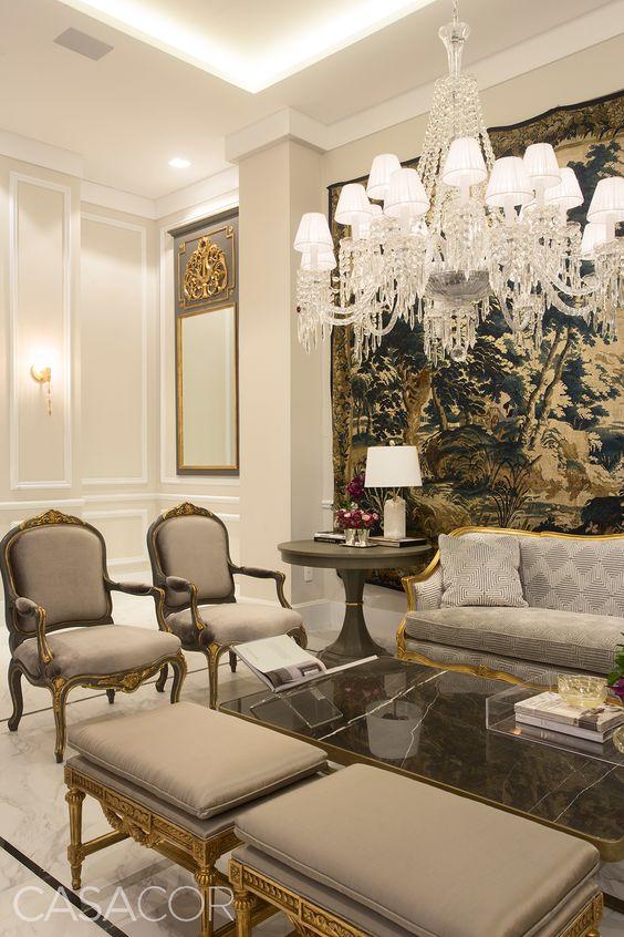 Boas-vindas no melhor estilo clássico marcam o foyer de entrada. Uma grande sala de estar, majoritariamente branca, cria um ambiente sofisticado e elegante, destacando as peças de mobiliário e decoração. Foto: LEVI MENDES JR./CASACOR