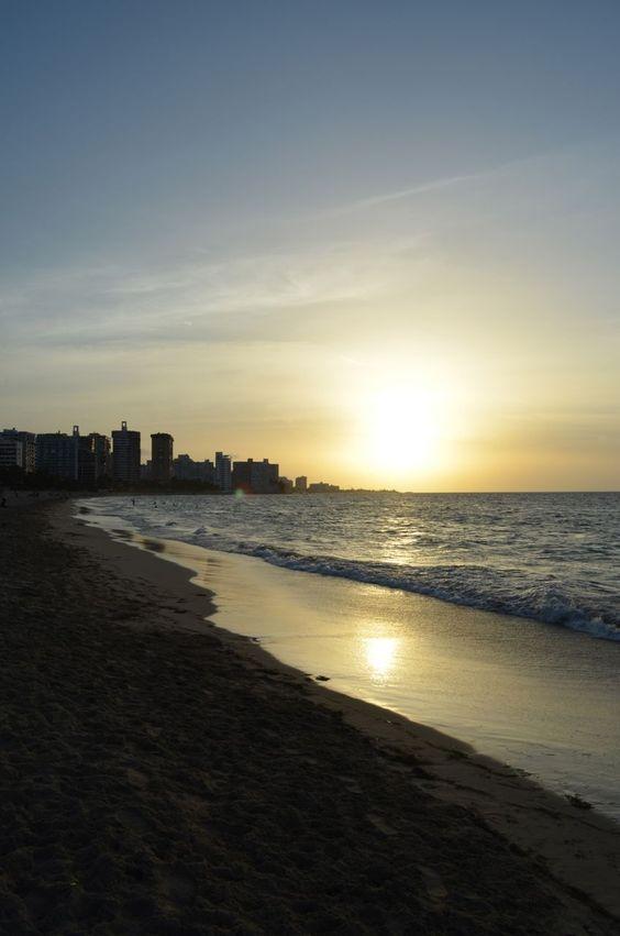 Atardecer en Ocean Park en San Juan el 24 de junio de 2012, un día después de la Noche de San Juan, cuando la playa amaneció cubierta de basura. Foto José E. Maldonado / www.miprv.com