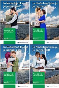 Poster met zoenende  moslima vernield:
