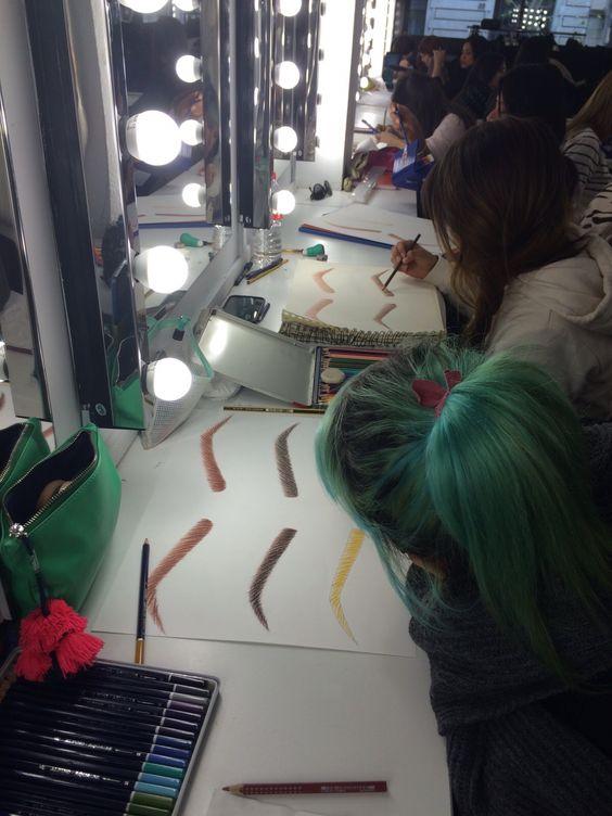 Clases de dibujo en el Curso de Maquillaje Profesional.