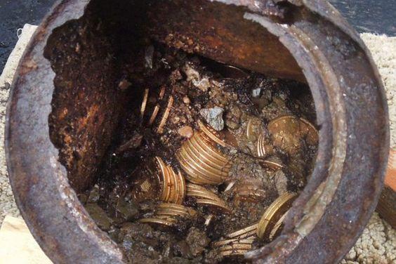 Des 1400 pièces du trésor, au moins 14... (Photo AP)