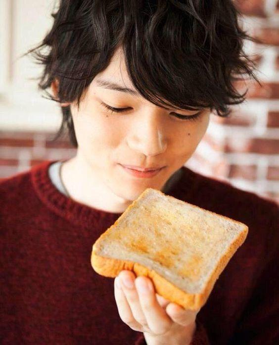 トーストを食べる古川雄輝のかわいい画像