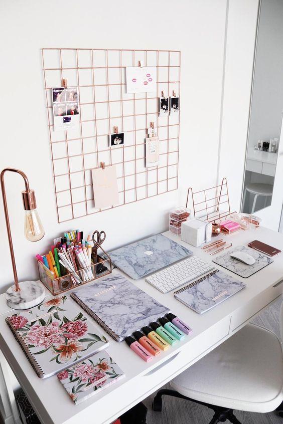 bureau bien organisé avec des fournitures marbrées et florales