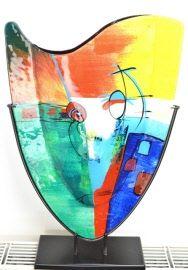 glazen vaas in metalen standaard