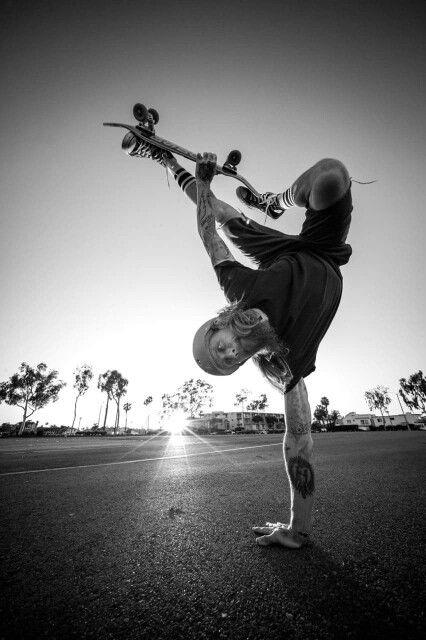 片手をつく男性とスケートボード