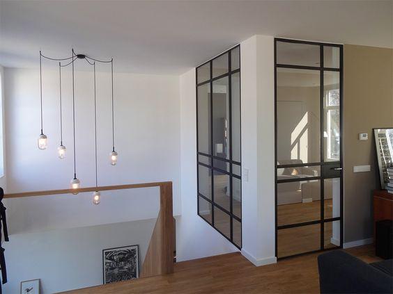 Hanglamp bestaande uit losse lampen hangend boven vide for Interieur architecten