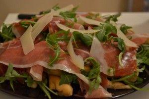Straccetti di pizza con rucola e scaglie di parmigiano. http://blog.giallozafferano.it/ilcassettodeisognisegret/straccetti-di-pizza-con-rucola-e-scaglie-di-parmigiano/