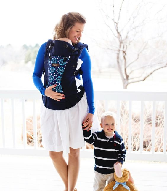 The #lillebaby carrier combines style and functionality and we LOVE that it grows with baby! #PNapproved #babywearing