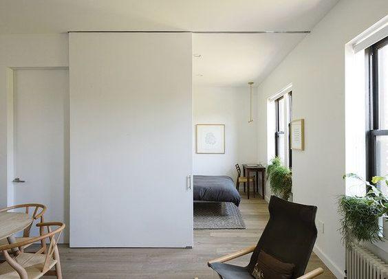 Reemplaza las puertas con paredes corredizas para dejar que tu espacio…