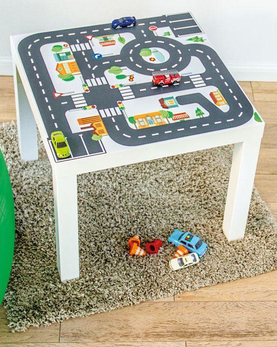 Jouer avec une voiture de jouet, voiture camion ou de la police des pompiers dans les rues est un beaucoup de plaisir avec cette petite table ! Notre