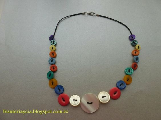 un collar con botones de colores   Manualidades