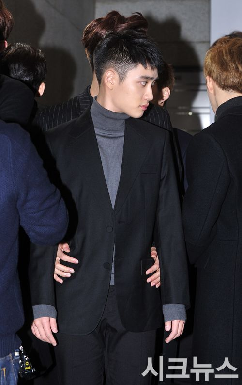 2015 SBS Gayo Daejun 151227 : Red Carpet - Kai's hands on D.O.'s waist