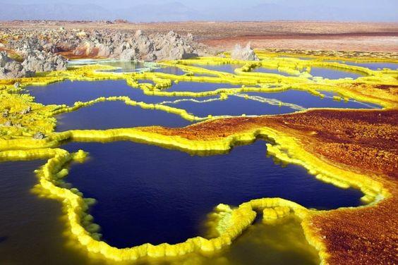 Este terreno alienígena está literalmente separándose en las costuras y en un centenar de millones de años, los científicos predicen que la Tierra va a rasgar totalmente y el cercano mar Rojo se tragará a todo el Desierto Pintado. El lugar más caliente de los depósitos de la Tierra