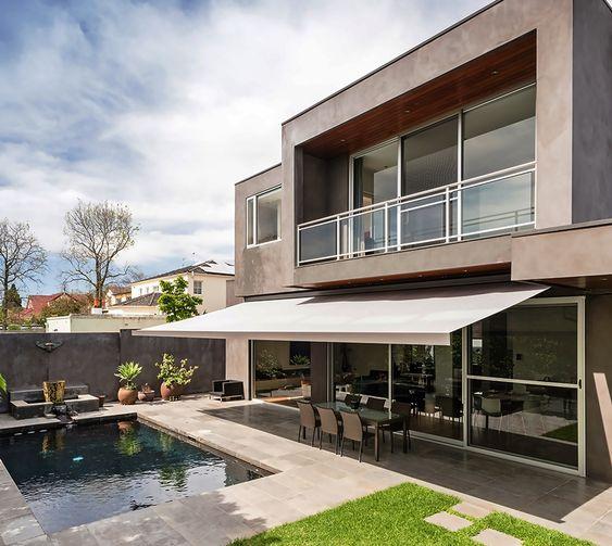 Balcon exterior jardin piscina porche terraza for Casas con jardin