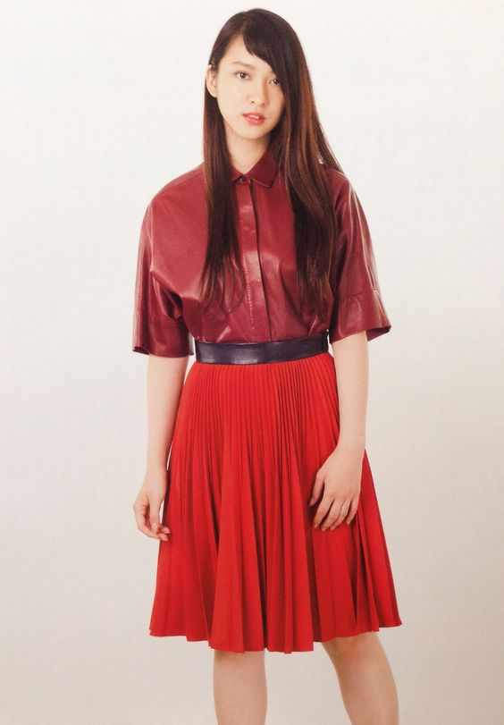 真っ赤なセンスのあるファッションを披露する武井咲