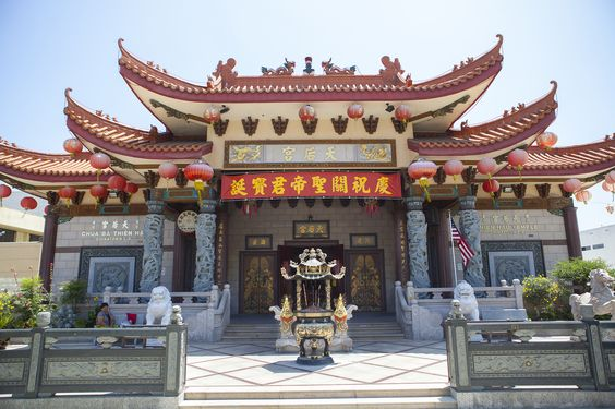 Guide to Chinatown in Los Angeles, including the best dim sum, Chinese restaurants, grocery stores,  things to do, and attractions in Chinatown.