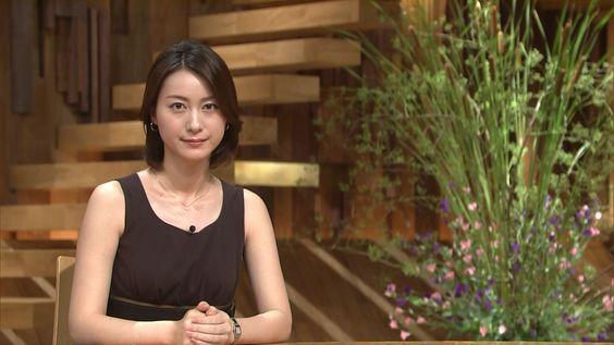 黒のノースリーブの衣装を着ている小川彩佳のセクシーな画像