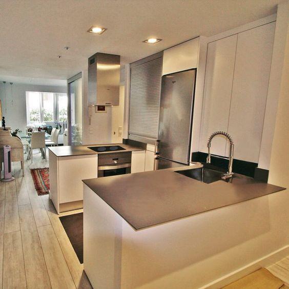 Cocina moderna puertas blancas sin tiradores campana de for Puertas de cocina modernas