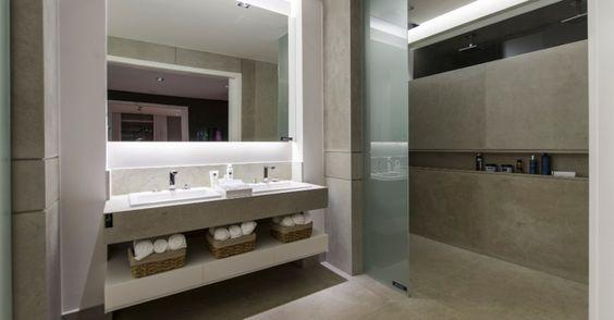 """Inspirada no conceito dos lofts urbanos e nos grandes espaços industriais de Nova Iorque, a Garagem Loft, da arquiteta Francisca Reis, tem um banheiro funcional e de design """"clean"""". Assim como no restante do ambiente, o banheiro é acessível e amplo"""