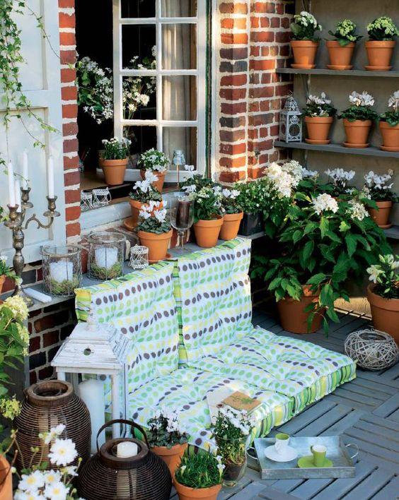 Un divano anche in cortile, per un angolo relax immerso tra i fiori.