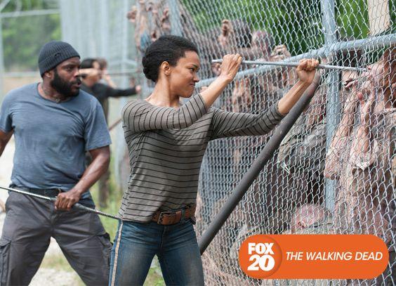 Enquanto enfrentam um novo inimigo, o grupo deve lutar para proteger a comunidade   que tanto tiveram trabalho para construir na prisão. The Walking Dead - Terças, 22H30  #TWD4NaFOX Confira conteúdo exclusivo no www.foxplay.com